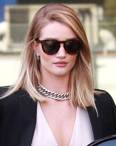 With a perfect blonde bob and tortoiseshell Céline sunglasses, Rosie Huntington-Whiteley is able to make a thick silver chain look ladylike – no mean feat!