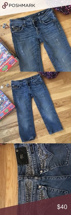 Easy Does It Comfort, quality, easy to wear and looks great Miss Me Capris! Perfect staple for any closet. Made of 98% cotton, 2% elastane gives a cozy feel and delightful fit! Used item distress markings are part of the capris style. Miss Me Jeans