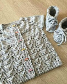 Diy Crafts - Knit Kid Cardigan This knitting pattern / tutorial is available for free. Baby Cardigan Knitting Pattern, Knitted Baby Cardigan, Knit Baby Sweaters, Baby Pullover, Lace Knitting, Free Baby Patterns, Knit Patterns, Free Pattern, Diy Crafts Knitting