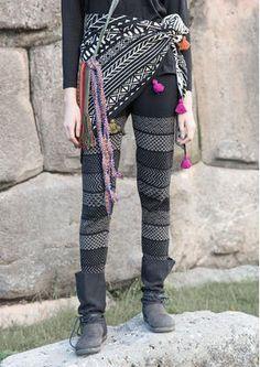 """Leggings """"Cuzco"""" aus Öko-Baumwolle/Polyamid Strickleggings mit geometrischem Muster, das an die Formen und Farben der Anden erinnert. Modell aus Öko-Baumwolle mit eingestricktem elastischem Garn, das für eine gute Passform sorgt. #leggings #naturmode #muster"""