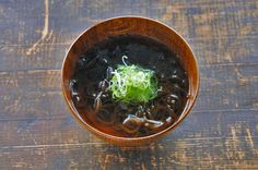 いちばん丁寧な和食レシピサイト、白ごはん.comの『もずくスープの作り方』のレシピページです。生の食感と香りのよいもずくを使って、和風だしベースで生姜を少しきかせて作ります!どんな料理とも合わせやすい汁ものレシピ。写真付きで『もずくスープの作り方』を詳しく紹介します。