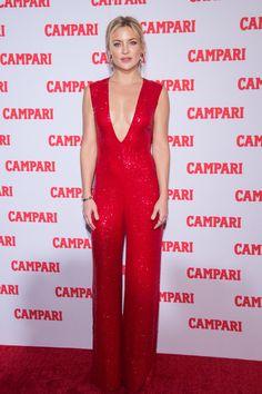 Kate Hudson con mono glitter rojo con escote en uve, de Naeem Khan.