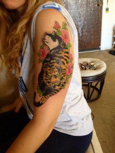 horitomo cat - Google Search Traditional Tattoo Love, Tattoo Cat, Irezumi, Tattoo Inspiration, Neko, Cool Tattoos, Watercolor Tattoo, Tatting, Body Art