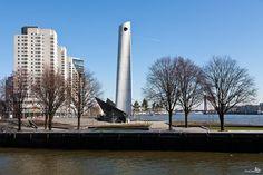 """Monument 'De Boeg' Op de Boompjeskade, vlakbij de Erasmusbrug over de Maas, vindt men het Nationaal Koopvaardijmonument. Het monument draagt de bijnaam """"de boeg"""", omdat het een boeg voor moet stellen dat de golven doorklieft. Het is ontworpen door Frederico Carasso en het werd op 10 april 1957 onthuld door Prinses Margriet. Het monument is 45 meter hoog en gemaakt van staal en steen en staat symbool voor de triomfantelijke herrijzenis na de bevrijding.  In 1965 is er een beeld van vijf…"""