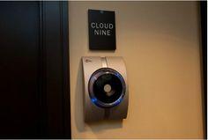 許多飯店都已經放棄了鑰匙和房卡,轉而選擇無鑰匙進入系統,旨在為客人帶來更大的便捷和安全性。酒店如今提供的这些高科技服务你享受过吗?