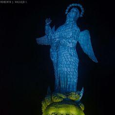 La Virgen de El Panecillo. Una escultura en el paisaje cotidiano de los quiteños que sorprende a visitantes y maravilla a propios al notar sus detalles. La escultura ensamblada con 7400 piezas de aluminio, está inspirada en la virgen de Legarda: La virgen alada del apocalipsis se erige sobre la Luna en cuarto creciente, pisando a un dragón que se encuentra encadenado.  #Ecuador #Quito #uio #turismoEc #virgen #instagram #travel #photographylife #fb #allyouneedisecuador