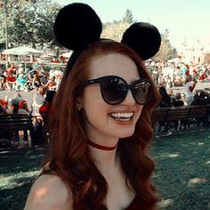 Cᴏᴍᴘᴀʀᴛɪʟʜᴇ ᴇ ᴄᴜʀᴛᴀ ♡ Dᴇɪxᴇ sᴜᴀ ᴏᴘɪɴɪᴀ̃ᴏ ɴᴏs ᴄᴏᴍᴇɴᴛᴀ́ʀɪᴏs! Cheryl Blossom Riverdale, Riverdale Cheryl, Riverdale Funny, Riverdale Cast, Madelaine Petsch, Disneyland, Cheryl Blossom Aesthetic, Cami Mendes, Riverdale Aesthetic