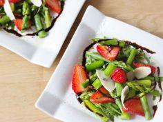 Dieser Salat ist herzhaft, fruchtig und frisch in einem. Durch sein säuerlich-süßes Dressing wird der Spargel perfekt abgerundet, die Pinienkerne verleihen dem Gericht seinen aromatischen Höhepunkt.