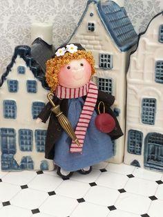 Broche  de muñecas ....Mary Poppins Mary Poppins, Teddy Bear, Dolls, Christmas Ornaments, Holiday Decor, Crafts, Home Decor, Dollhouses, Miniatures