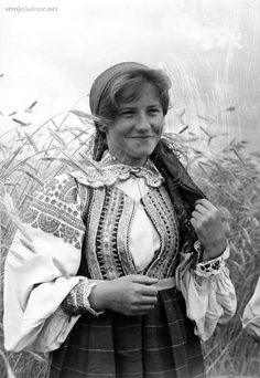 Folk costume from Kurpie Białe (White Forest area in the Kurpie region), Poland. Archival photograph, date unknown. Poland Costume, Polish Embroidery, Polish Folk Art, Costumes Around The World, Culture Clothing, Draw On Photos, Costume Patterns, Folk Fashion, Folk Costume