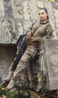 Deadly military women also deserve to fight for their country just like men. Woman have served in the military in greater number than before. Military services all open for both gender. Mädchen In Uniform, Military Girl, Female Soldier, Warrior Girl, Military Women, Weapons, Army Wallpaper, Soldiers, Modeling Poses