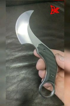 It all started many decades ago with a comcept of adapting a specific passing and grabbing hand movement into tool….and thats how my SNAG designs were born….SNAG Folder, SNAG Fixed Blade, SNAGette and Mini SNAG(showing)…. Cool Knives, Knives And Tools, Knives And Swords, Paracord Knife Handle, Knife Template, Blacksmithing Knives, Diy Knife, Armas Ninja, Knife Patterns