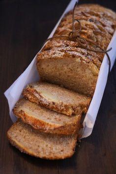 Il plumcake integrale alle mele è un'alternativa vegana e light della classica torta di mele. Provatelo per colazione o merenda insieme a un frutto e una spremuta.