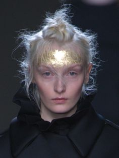 Gold leaf adorned @Simone_Rocha_foreheads at #LFW, nodding towards the opulence of theElizabethan-themed collection