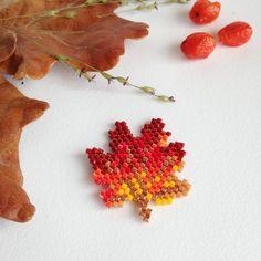 Feuille d'automne by Rose Moustache rosemoustache.com Seed Bead Flowers, Beaded Flowers, Bead Embroidery Jewelry, Beaded Embroidery, Seed Bead Patterns, Beading Patterns, Rose Moustache, Motifs Perler, Brick Stitch Earrings