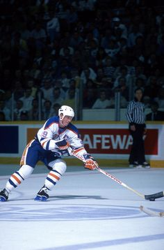 Wayne Gretzky of the Edmonton Oilers skates with the puck during a game in the 1987 Stanley Cup Finals against the Philadelphia Flyers in May 1987 at...