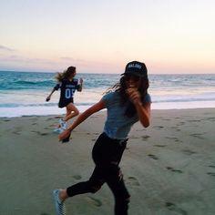 Image via We Heart It #beach #girl #grunge #indie #pale #teenagers #softgrunge #friends