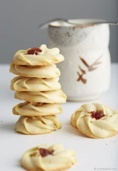These shortbread cookies are easy to make, in just 25 minutes total. The melt-in-your-mouth goodness with a drop of chewy jam in the middle. They are simply to die for. Do yourself a favor, make this cookies and you will have one of best desserts ever in Spritz Cookies, No Bake Cookies, Yummy Cookies, Yummy Treats, Sweet Treats, Cookies With Jam, Vanilla Cookies, Almond Cookies, Shortbread Cookies