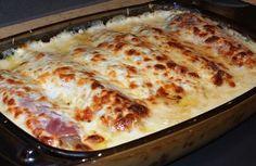 """Mmmhhh... Comme c'est bon. De belles endives lentement braisées, du jambon, une béchamel enveloppante et du fromage gratiné. Accompagné de riz ou de pommes de terre sautées, un délice... Ou des """"chicons en gratin"""" comme ils disent dans le Nord, chez les..."""