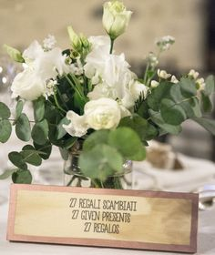 cute centerpiece with white flowers and foliage + unique table number http://weddingwonderland.it/2016/06/matrimonio-botanico-e-multilingue.html