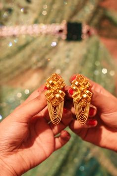 I recently visited the Tarun Tahiliani Couture Expo held at The Four seasons Hotel with LoveGold. The minute we entered the place, it felt like we were at a Royal Indian wedding. The dresses & gold jewellery were displayed elegantly. Indian Jewelry Earrings, Gold Jhumka Earrings, Jewelry Design Earrings, Gold Earrings Designs, Gold Jewellery Design, Pendant Jewelry, Gold Necklace, Gold Jewelry Simple, Tarun Tahiliani
