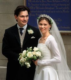 Lady Sarah Armstrong-Jones and her husband Daniel Chatto on their wedding day. I still think she is the loveliest bride - the dress, the veil, the flowers. A tiara given by her father to her mother - with fresh greenery. Perfect.