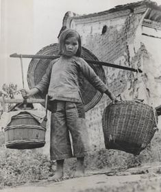 A small Chinese refugee returning to their homes in Tengchung, who after a five- Vintage Pictures, Old Pictures, Old Photos, Children Of The Revolution, China People, Ancient China, History Photos, China Travel, Chinese Culture