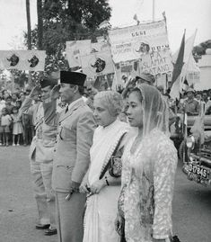 Madame Pandit and President Soekarno Listening to an Anthem Stock Pictures, Old Pictures, Old Photos, Rare Photos, Historical Women, Historical Pictures, Asian History, British History, Strange History