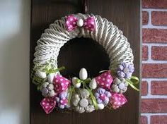 "Képtalálat a következőre: ""pletení z papíru velikonoce"" Wreath Crafts, Burlap Wreath, Wreath Ideas, Summer Wreath, 4th Of July Wreath, Holidays And Events, Happy Easter, Christmas Wreaths, Seasons"