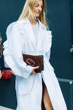 Street style at Fashion Week Spring-Summer 2018 New York Photo by Sandra Semburg New Street Style, New York Fashion Week Street Style, Street Style Trends, Street Fashion, Vogue Paris, New York Photos, Street Outfit, Dress For Success, Street Style Looks