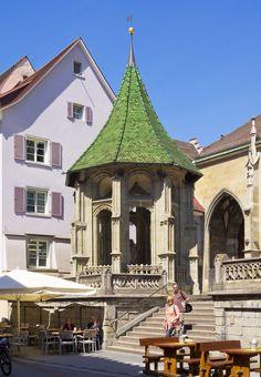 ÜBERLINGEN AM BODENSEE • Ölberg vor dem Münster • Das ist ein Pavillon in Form eines  Octagon der halboffen gestaltet wurde und in seinem Zentrum ein Christus steht.  Es stammt aus dem Jahr 1493 • Weithin leuchtend die grünen Dachziegeln.