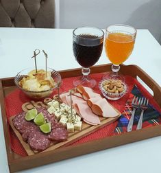 Bandeja posta Petiscos Movie Night Snacks, Food C, Antipasto Platter, Wine And Cheese Party, Food Platters, Savory Snacks, Christmas Desserts, Easy Meals, Brunch