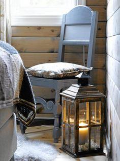 Den gamle Østerdalsstolen ble malt blå da den ble brukt som spisestuestol. Nå harmonerer den med de brungrå nyansene på soverommet.
