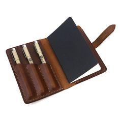 The Journeyman Art Kit sur Vanity Fair For SPOOTNIK. Un petit callepin et 3 des stylos micron (01, 03, 05) sont inclus pour un kit complet de voyage.