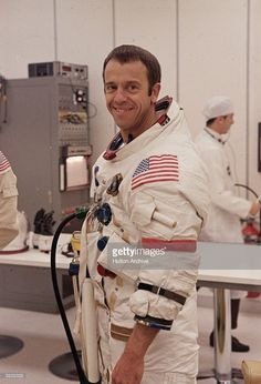 1971: Portrait of Apollo 14 mission commander Alan B. Shepard Jr., wearing a spacesuit, smiles during preparation activities for the liftoff to the moon, Kennedy Space Center, Florida. Astronauts In Space, Nasa Astronauts, Meredith Macrae, Apollo Space Program, American Space, Apollo 1, Apollo Missions, Kennedy Space Center, Space Race