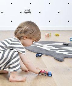 """Mini alfombra infantil """"hello"""" en color gris - Minimoi"""