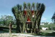 BAUBOTANIK - prononcé «Baobotanique» - est une nouvelle discipline architecturale tout simplement époustouflante! Un architecte ayant résolument la main verte, a réussi à construire une structure dont les murs porteurs sont des arbres. Aussi esthétique qu'écologiquement intelligent, laissez-moi vous raconter l'histoire de l'urbanisme de demain.