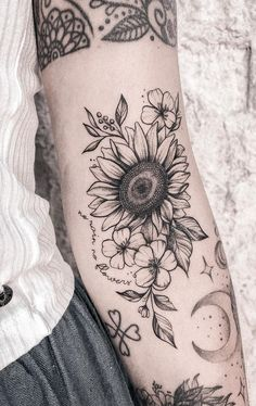 Celebrate the Beauty of Nature with these Inspirational Sunflower Tattoos beautiful sunflower tattoo ideas © tattoo artist J a c q u e L ó p e z ☾ ❤ Hand Tattoos, Mädchen Tattoo, Neue Tattoos, Body Art Tattoos, Sleeve Tattoos, Tatoos, Lion Tattoo, Tattoo Fonts, Tattoo Drawings