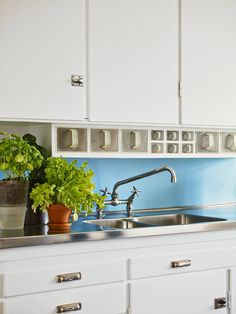 Kitchen colour solution (if I can't find nice light blue or green cabinets) Kitchen Interior, New Kitchen, Vintage Kitchen, Kitchen Dining, Kitchen Cupboard Doors, Green Cabinets, House Inside, Herd, Love Home