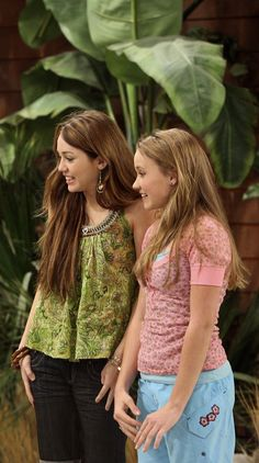 Miley and Lilly Lilly Hannah Montana, Hannah Montana Outfits, Hannah Montana Forever, Nostalgia, Miley Cyrus, Hannah Miley, Miley Stewart, Spy Kids, Emily Osment