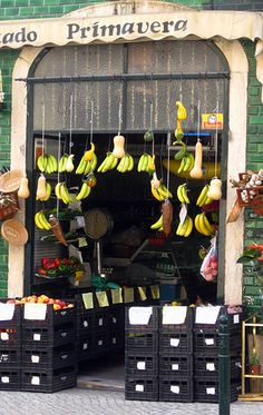 Tiendas de Lisboa - Lisbon - retail display - just love those hanging bananas...