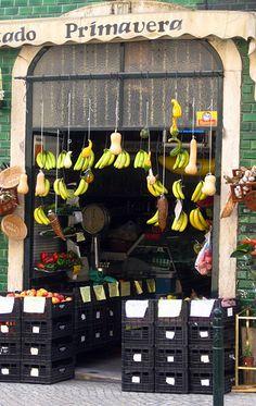 Tiendas de Lisboa - Lisbon - retail display - just love those hanging bananas...