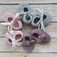 Empieza diciembre, mes muy bonito o muy triste. Espero que el vuestro sea de los alegres. Corona de patucos, que yo todavía no tengo nada navideño. #felizdiciembre #pelotedelainebb #patucos #hechosamano Baby Knitting Patterns, Crochet Patterns, Knit Baby Booties, Baby Boots, Other Outfits, Girl Outfits, Crochet Baby, Knit Crochet, Baby Wearing