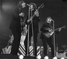 События 1 мая: 1966  последнее выступление The Beatles в Англии во время концерта лауреатов ежегодного опроса музыкального журнала New Musical Express на стадионе Уэмбли. 1967  свадьба Элвиса и Присциллы Пресли. 1979  Элтон Джон первым из звёзд эстрады мирового масштаба выступил в Израиле. - http://ift.tt/1HQJd81