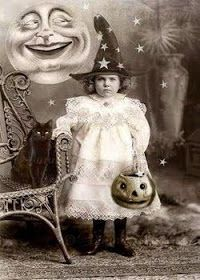 Creepy Vintage dibujos blanco y negro (Gallery) 20 Vintage and Creepy Halloween Images Halloween Tags, Photo Halloween, Vintage Halloween Photos, Vintage Halloween Decorations, Creepy Halloween, Halloween Pictures, Holidays Halloween, Halloween Themes, Halloween Crafts