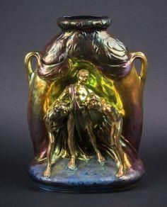 ZSOLNAY PÉCS, Vase à anses en céramique à lustre métallique présentant trois personnages hilares drapés sous deux arbres. Cachet PECS ZSOLNAY sous la base  Haut. 42 cm - Larg. 31 cm  14/11,5eE