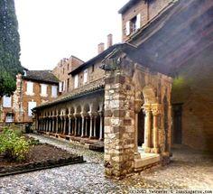 Claustro de Saint Salvi. Albi (Francia) Claustro de la colegiata de Saint Salvi, del siglo XIII, con arquitectura que mezcla el románico  y el gótico. Semi destruido durante la revolución, solo queda una galeria.