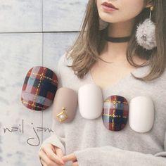 ダークレッドにネイビーを入れた秋冬らしいあたたかみのあるチェック柄。マット感のあるホワイトカラーを添えて、ガーリーでやわらかい質感を演出しています。ワントーンのワンピースやニットなどのファッションに合わせたいですね♪ Classy Acrylic Nails, Classy Nails, Cute Nails, Pretty Nails, Korea Nail Art, Band Nails, Plaid Nail Art, Fingernails Painted, No Chip Nails