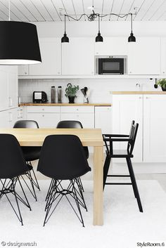 Kitchen - Black, white and wood Warm Kitchen, Rustic Kitchen, Kitchen Dining, Kitchen Decor, Small Kitchen Storage, Black Kitchens, Kitchen Black, Dining Table Chairs, Dining Rooms