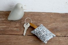 Porte-clés coussin - liberty gris - Fleur de laine